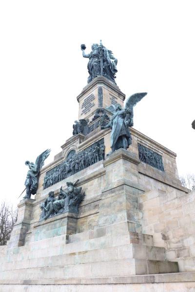 この記念碑は、普仏戦争後のドイツ帝国発足を記念して建設された。 建設にあたっては、1871年9月16日にヴィルヘルム1世が最初の石をここに置いた。記念碑制作のために彫刻家Johannes Schilling、建築家Karl Weisbachが選ばれた。 この記念碑の製作費は百万金マルクと見積もられ、1883年9月28日に落成式が行われた。高さは38メートルあり、全ドイツ人の統一を記念している。